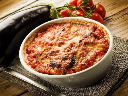 Пържен патладжан (син домат) с доматен сос от консерва запечен на фурна - снимка на рецептата